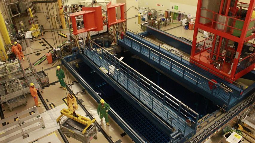 Im Reaktorgebäude wird gerade der Abbau der Steuerstäbe, die die Leistung der Brennelemente regulieren, vorbereitet.