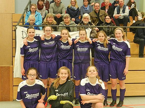 Fünfter Platz im Fußballbezirk Mittelfranken: Die U15-Juniorinnen der SG DJK  Fiegenstall (im Bild mit Anhang) bezwangen sogar den 1. FC Nürnberg, verpassten anschließend aber das mögliche Halbfinale.