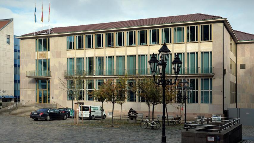 ... an seiner Stelle einer der qualitätsvollsten Bauten aus den fünfziger Jahren in Nürnberg. Derzeit ist dort das Heimatministerium untergebracht.