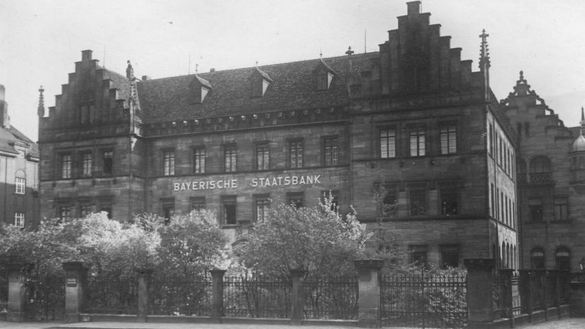 Die Staatsbank am Lorenzer Platz war eine beeindruckende Erscheinung. In dem Lindengarten davor verbrachten die Mitarbeiter oft ihre Pausen. Bei dem Bombenangriff im Januar 1945 wurde das Gebäude komplett zerstört. Jetzt steht ...