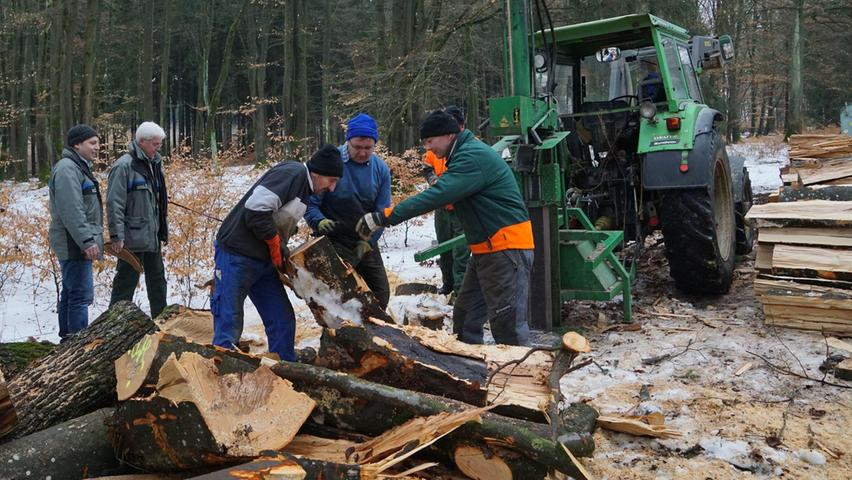 Schweres Gerät und Muskelkraft: Waldarbeit ist meistens reine Männersache. Das wissen auch Ludwig Schmidbauer (links) von der Außenstelle Forsten des Amts für Ernährung, Landwirtschaft und Forsten, und sein Chef Jürgen Stemmer.