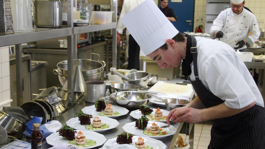 Der Sieger David Schnödt vom Landgasthof Freiberger in Schnabelwaid beim Zubereiten der Vorspeise.