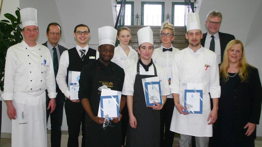 Die Sieger des Wettbewerbs bei den Köchen und den Servicefachkräften zusammen mit ihren Ausbildern.