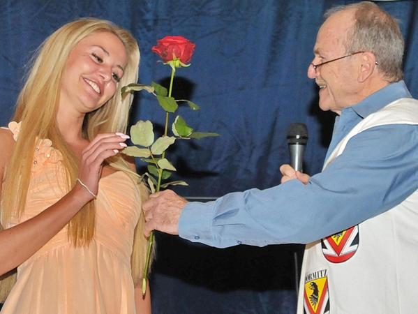 Moderator Günter Appold überreicht die 1. Bachelor Rose an Miss Nürnberg Julia Prokopy.