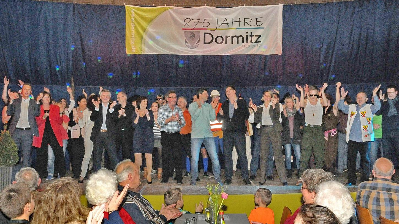 """Mit dem Lied """"Ein Hoch auf uns"""" von Andreas Bourani verabschiedeten sich die Akteure von ihrem Publikum. Die Auftaktveranstaltung """"875 Jahre Dormitz"""" erlebte damit ein furioses Finale."""