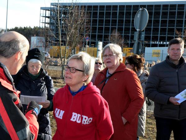 Ulrike Schröder (Mitte) im Gespräch mit BN-Vorsitzenden Gerhard Häfner: Wie sieht es aus mit den Flächen, die für den Bau der Südumgehung benötigt werden?