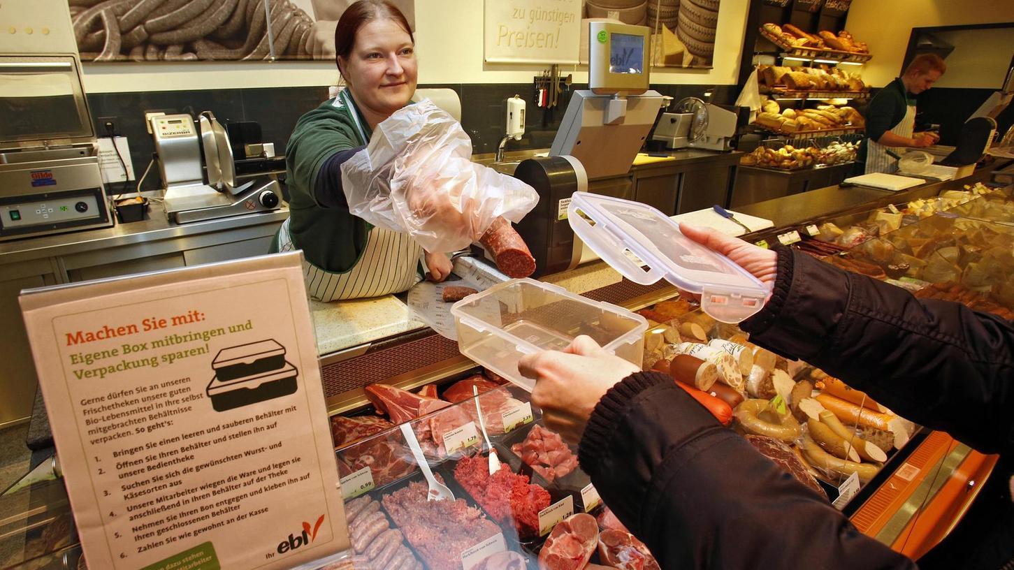 Die Fürther Naturkostkette Ebl geht neue Wege: Um Verpackungsmüll zu vermeiden, können Kunden seit kurzem ihre eigenen Behälter für den Wurst- und Käseeinkauf mitbringen. Aus hygienischen Gründen gibt es dabei aber einiges zu beachten.