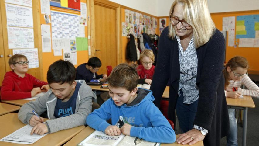 Lehrerin Gertrud Schubert erklärt den Kindern bei der Intensivierungsstunde die Aufgaben.