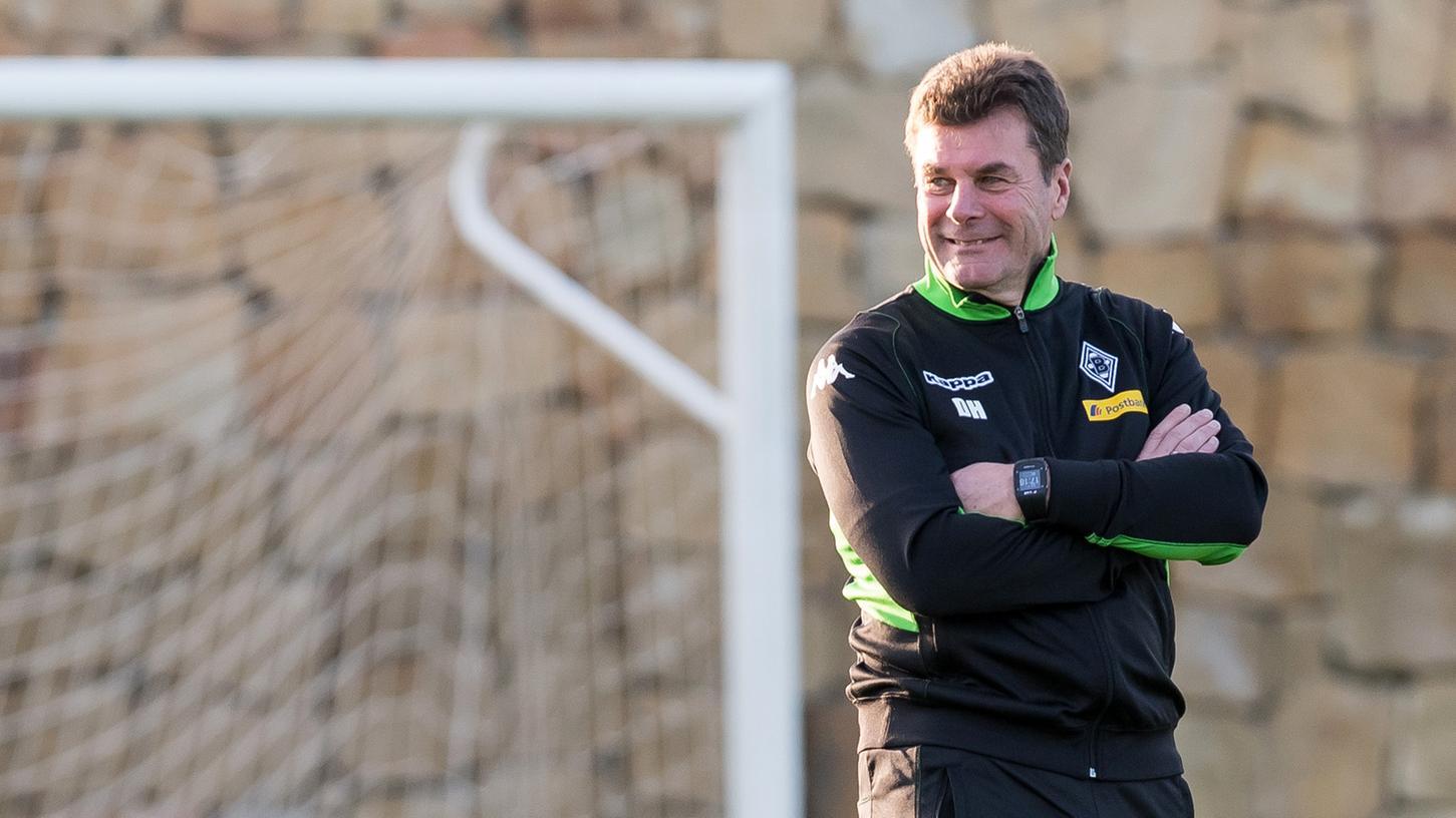 Dieter Hecking grinst zufrieden: Hat er schon einen MAtchplan für das DFB-Pokal-Achtelfinale am Dienstagabend im Fürther Ronhof?