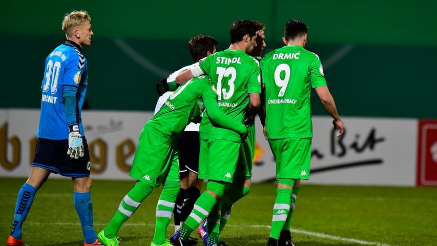 ... und feierten den zweiten Treffer in der Kleeblattstadt anschließend im Kollektiv.
