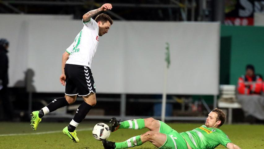 Dem eingewechselten Sercan Sararer bot sich im Anschluss die beste Fürther Chance in diesem Spiel. Doch die Offensivkraft platzierte den Ball am Außennetz!