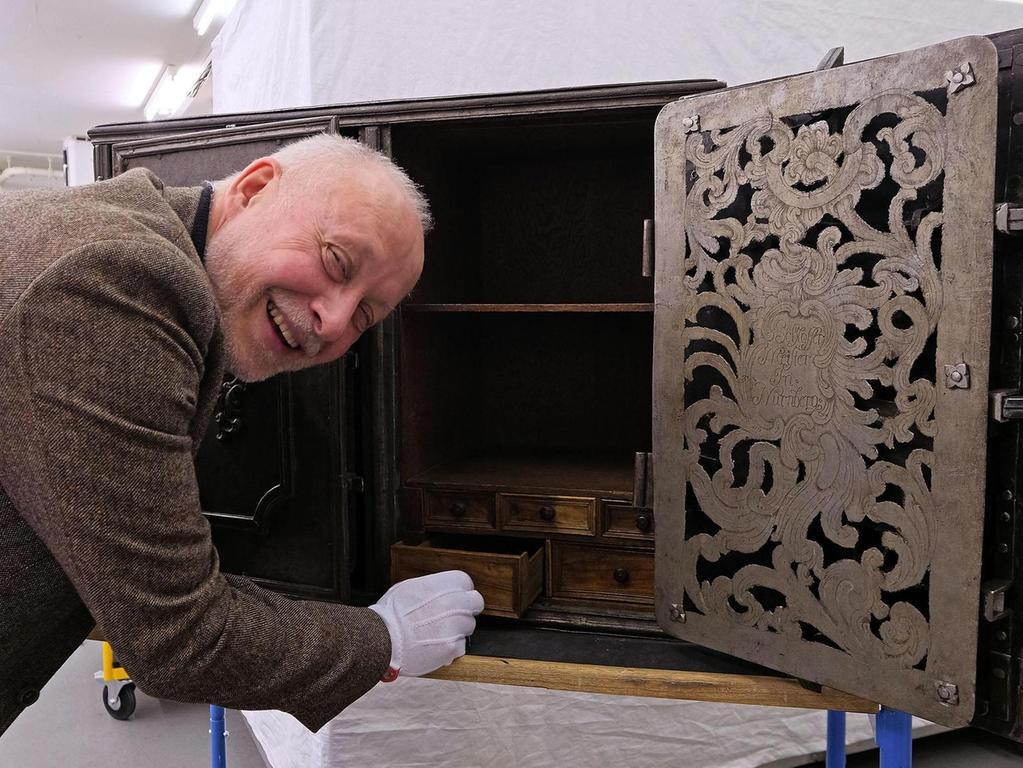 Eine Metallkiste aus Eisenblech, beschlagen mit Metallbändern und ungefähr 100 Kilogramm schwer – so sieht ein Safe aus dem 18. Jahrhundert aus. Auf den ersten Blick erinnert er an eine kleine Version der massiven Truhen, die Heere auf ihren Feldzügen mitführten.