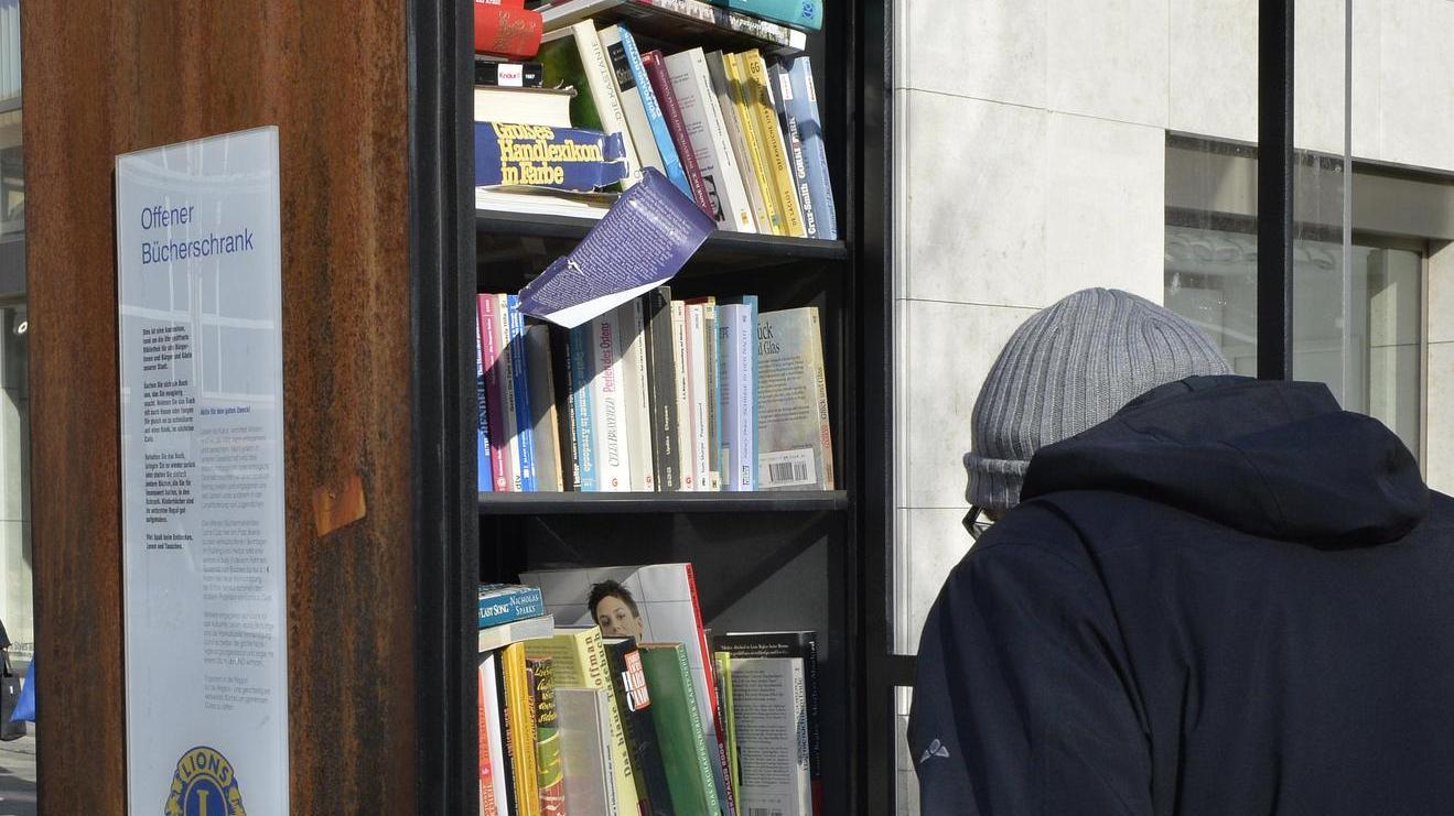 Bisweilen finden sich in den öffentlichen Buchtauschvitrinen in Erlangen auch Werke umstrittener Autoren.