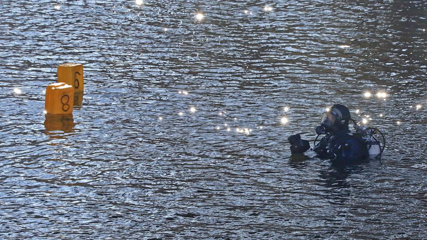 Nach dem RaubŸberfall vergangenen Freitag suchte die Polizei am heuten Dienstag (14.02.2017) mit Tauchern der NŸrnberger Bereitschaftspolizei den Ludwig-Donau-Main-Kanal in Bamberg ab. Die Beamten hofften mšgliche Beweise aus dem †berfall zu finden, nachdem sie am Wochenende bereits die Kleidung der RŠuber unter der NonnenbrŸcke, die direkt am Kanal liegt, sicherstellen konnten. TatsŠchlich fanden die Polizisten in dem Wasser zwei Geldkassetten, die nach jetzigem Ermittlungsstand jedoch nicht im Zusammenhang mit dem Raub stehen. Ein weiterer Fund rief zudem den KampfmittelrŠumtdienst auf den Plan: Ebenfalls am Grund des Kanals fand sich eine alte Mšrsergranate, die sichergestellt wurde. Am Freitag hatten drei maskierte TŠter unter dem Vorhalt einer Schusswaffe einen Juwelier am GrŸnen Markt Ÿberfallen. WŠhrend ein RŠuber von Passanten gestellt werden konnte, sind zwei MŠnner, vermutlich aus Osteuropa stammend, auf der Flucht. Sie erbeuteten Schmuck im Wert von mehreren hunderttausend Euro. Foto: NEWS5 / Merzbach