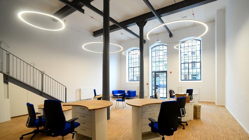 Ein Hingucker ist der Raum der Geschäftsstelle im Erdgeschoss mit seinen hohen Decken und Fenstern. Im Handumdrehen lässt er sich in einen Veranstaltungsraum umfunktionieren. Die Redaktion zieht in den ersten Stock ein.