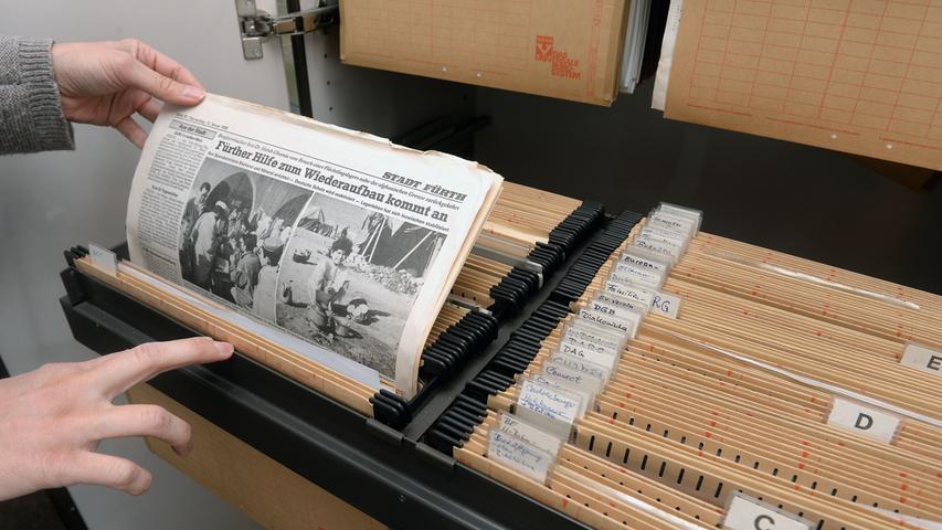 In einem der Schränke hatte das sorgsam gepflegte Hängearchiv eines früheren Kollegen überlebt. In den 80er und 90er Jahren, als man noch nicht einfach in einem digitalen Zeitungsarchiv suchen konnte, hob er hier Notizen, Unterlagen und wichtige Artikel zu Dutzenden Fürther Themen auf. Das Ausräumen des Archivs war wie eine Reise durch ein Reporterleben - und durch ein großes Stück Fürther Stadtgeschichte.