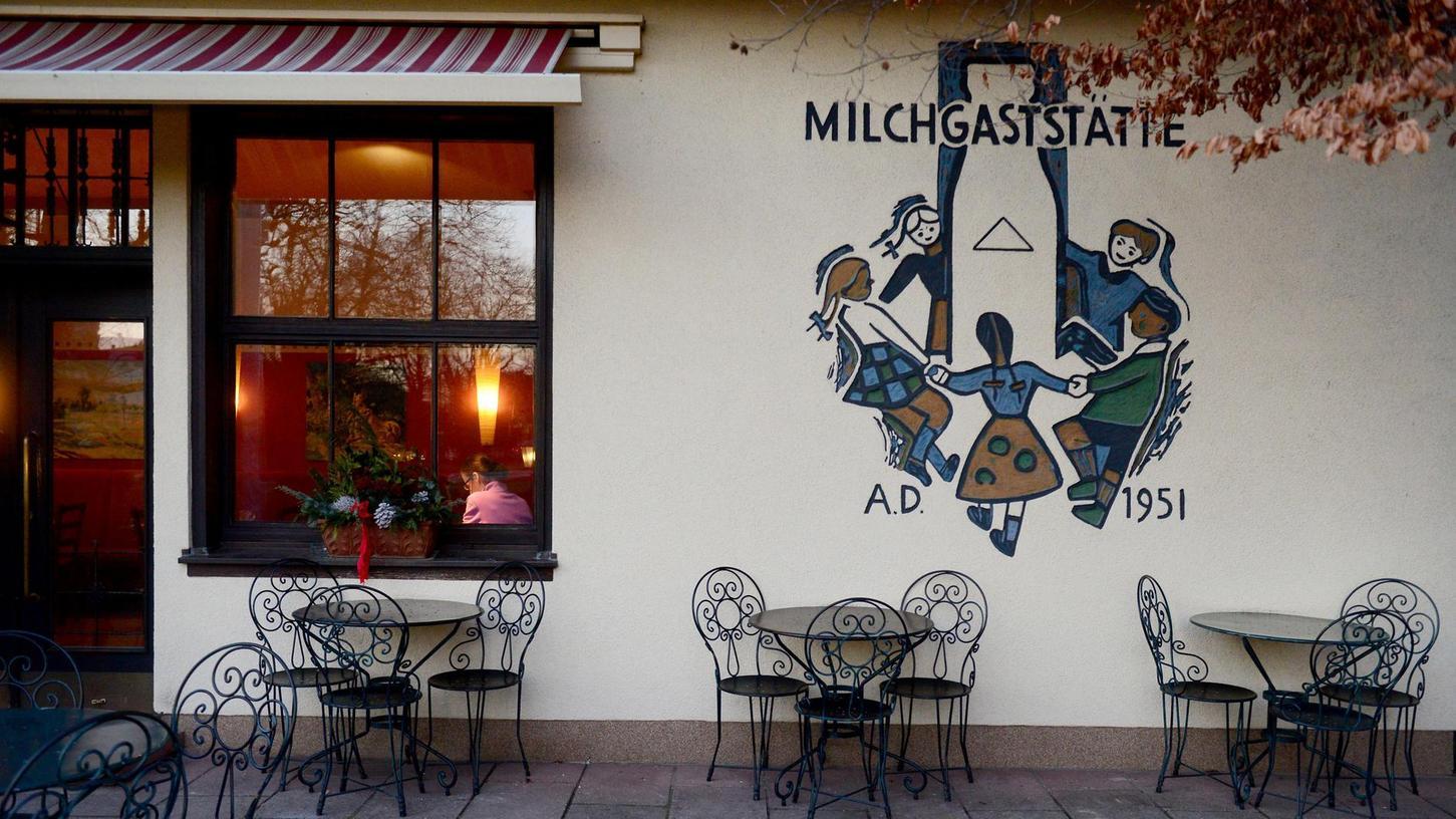 Stilisierte Spiegelbilder des pulsierenden Lebens haben Fürther Künstler vor Jahrzehnten in den Putz des Mauerwerks geritzt. An der Wand des Stadtparkcafés erinnert der Tanz um die Milchflasche an die Ära der Michgaststätte zur Landesgartenschau 1951.