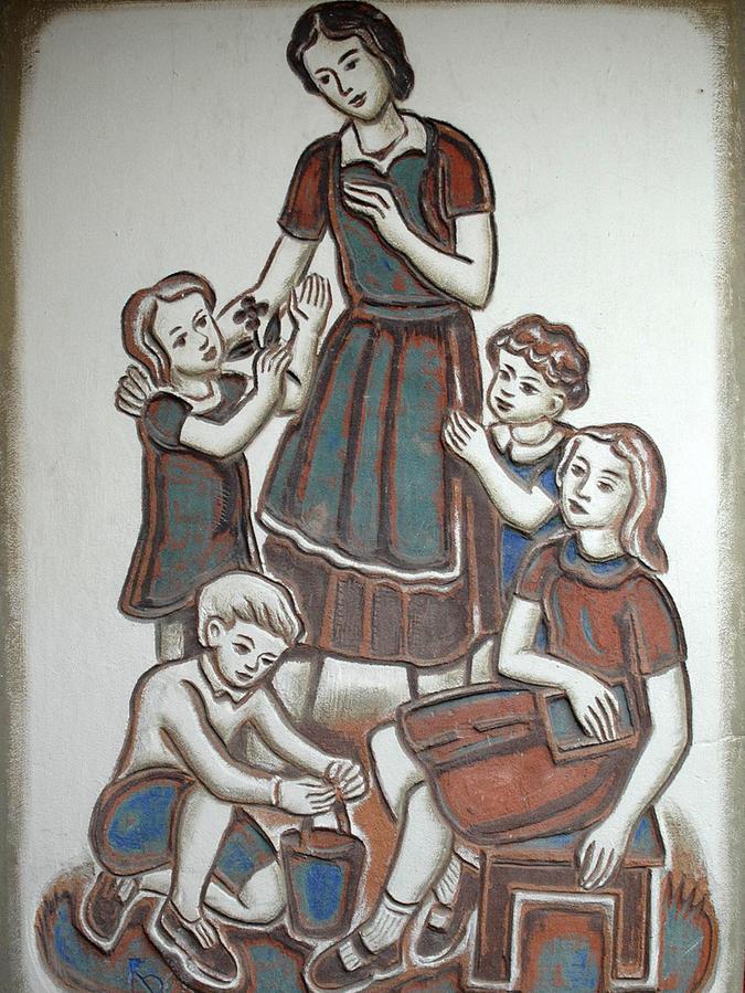 """Die Frau mit Kindern ziert den städtischen Kindergarten """"Altstadtzwerge"""" am Schießplatz."""