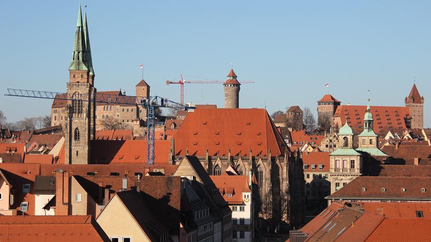 O wie ohnegleichen: Berlin hat nur das Brandenburger Tor, Nürnberg hat gleich eine ganze Burg. Die Kaiserburg ist das Wahrzeichen der Stadt und steht deshalb bei Touristen ganz oben auf der Liste. Aber auch waschechte Nürnberger wagen hin und wieder den Aufstieg.