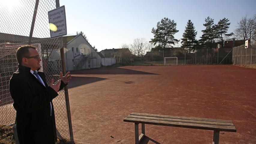 Die Außensportanlagen der Schule sind sanierungsbedürftig, wie hier der Hartplatz hinter der Sporthalle.