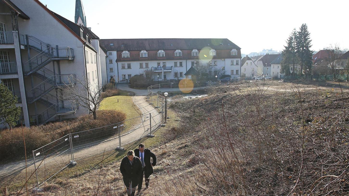 Es ist noch ein steiler Weg bis zur Eröffnung, doch Heimleiterin Irmgard Walz und Liebfrauenhaus-Gesamtleiter Stefan König sind zuversichtlich , dass der neue Träger BayernStift ein modernes und attraktives Heimgebäude errichten wird.