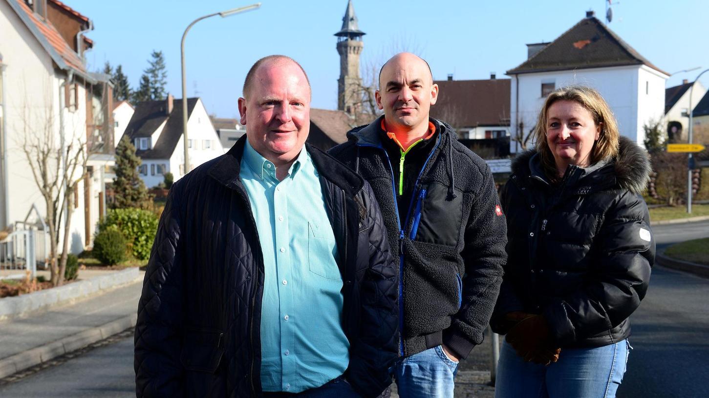 """""""Hier kann man keine Kinder laufen lassen"""": Bernd Gebhart (von links), Markus Bernecker und Sandra Ender in der abschüssigen Kurve der Hindenburgstraße."""
