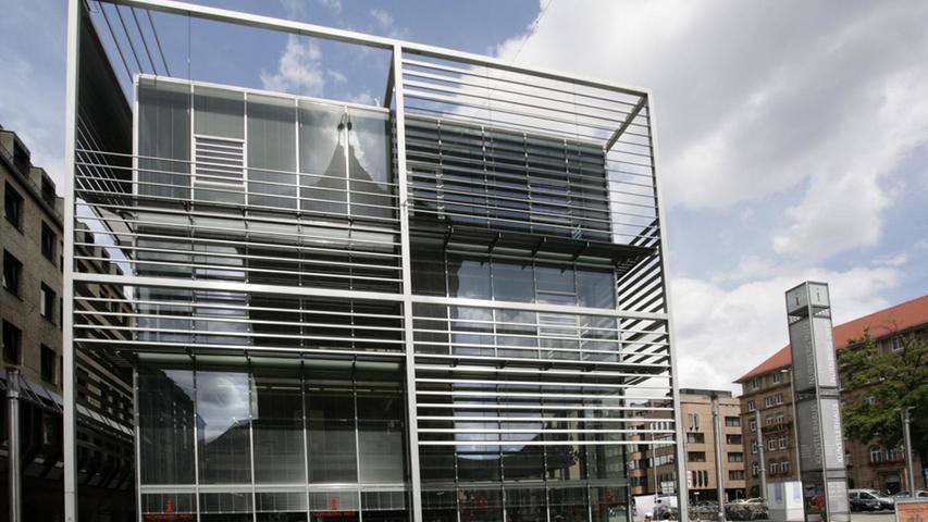 1996 ist das Komm Geschichte, ein Jahr zuvor hatte die Stadt die Generalsanierung des Gebäudes beschlossen. Im Jahr 2002 wurde der neue gläserne Kopfbau, der wahrlich nicht jedem gefällt, eröffnet und die Kulturinformation zog ein. Im Jahr 2008 wurde das Künstlerhaus von der städtischen Dienststelle KunstKulturQuartier übernommen.