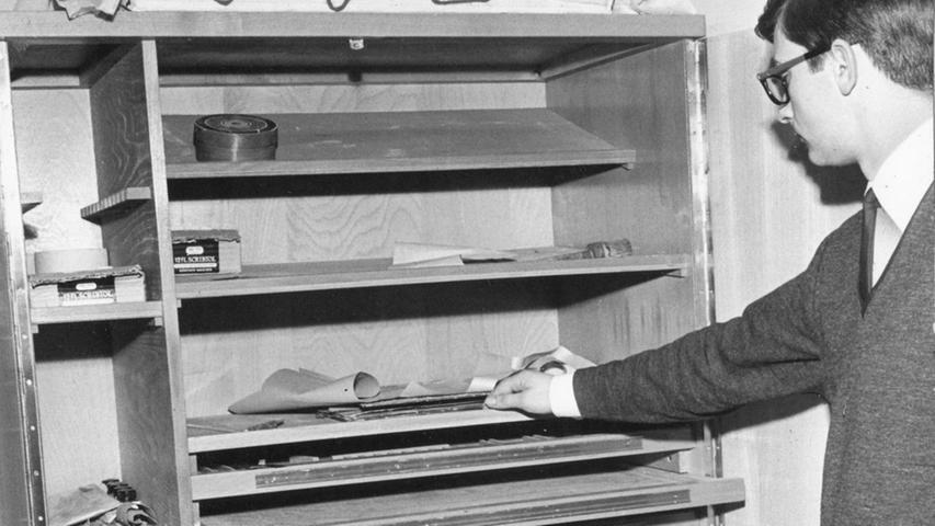 """Die 60er Jahre: """"In der behelfsmäßig hergerichteten ,Ruine Künstlerhaus' herrschen untragbare Zustände"""", schreiben die Nürnberger Nachrichten. 1960 war die Pädagogische Hochschule in das Gebäude eingezogen. Die Studierenden warten auf den versprochenen Neubau in Dutzendteichnähe und müssen unter unzulänglichen Bedingungen und räumlich viel zu beengt lernen. Über 800 Nachwuchs-Lehrer teilen sich den hier zu sehenden kleinen Werkzeugschrank. Im April 1967 beginnt endlich der Umzug."""