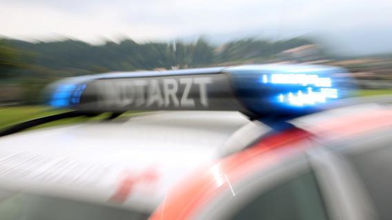 Unfall im Kreis Ansbach: Motorradfahrer prallt frontal gegen Auto und stirbt