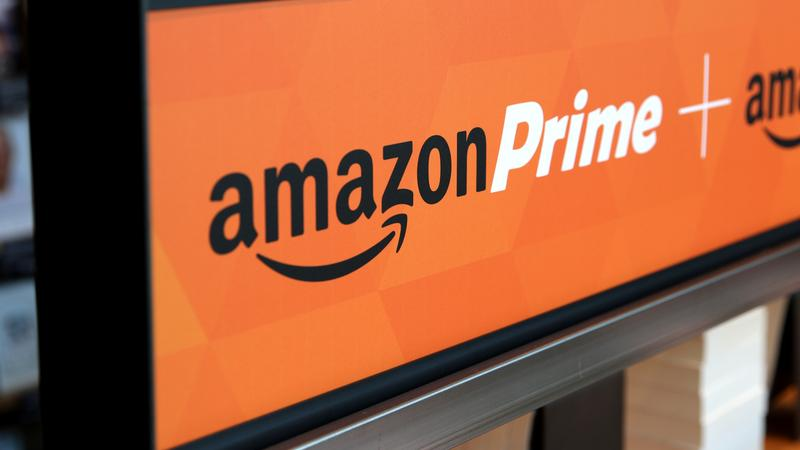 Knapp acht Euro im Monat - und dafür Gratis-Versand und Zugriff auf den Amazon-Streamingdienst mit Hunderten Filmen und Serien: Damit lockt Amazon Prime. Das Kalkül: Wer das Prime-Abo abschließt und nicht mehr für jede einzelne Bestellung Versandkosten zahlt, wird auch seine kleineren Einkäufe bei Amazon tätigen, für die er früher in den Laden um die Ecke gegangen wäre. Auch daher kommt der Vorwurf, dass Amazon den Einzelhandel in den Innenstädten zerstöre.