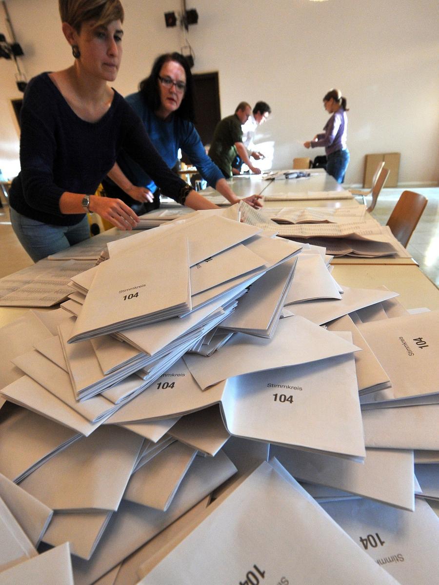 Wahlhelfer sortieren am 15.09.2013 in München (Bayern) die Wahlzettel zur Landtagswahl in Bayern. Foto: Stefan Puchner/dpa +++(c) dpa - Bildfunk+++ | Verwendung weltweit