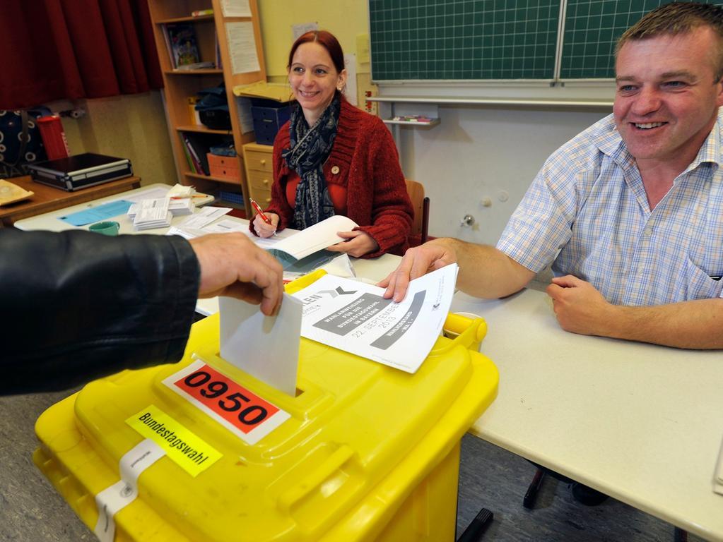 In Wahllokalen. Und zwar immer an einem Sonntag oder gesetzlichen Feiertag - das schreibt das Bundeswahlgesetz vor. Sechs bis vier Wochen vor dem Urnengang erhalten alle Wahlberechtigten eine Wahlbenachrichtigung. Auf dieser ist der Ort des Wahllokals vermerkt. Meist sind sie in Schulen oder Gemeinderäumen eingerichtet. Wichtiges Element ist die Wahlkabine, denn die Wahl muss geheim erfolgen können. In Deutschland ist die Wahlabgabe zwischen 8 Uhr und 18 Uhr möglich oder per Briefwahl. Letztere Möglichkeit wird immer beliebter. Denn auf den Postweg ist die Stimmenabgabe auch vom Strand aus möglich. Wer in Nürnberg schon heute wissen will, wo er seine Stimme abgeben kann, wird mit dem Wahllokalfinder unter http://online-service2.nuernberg.de/finder/FinderServlet?finder=wahllokalfinder fündig.
