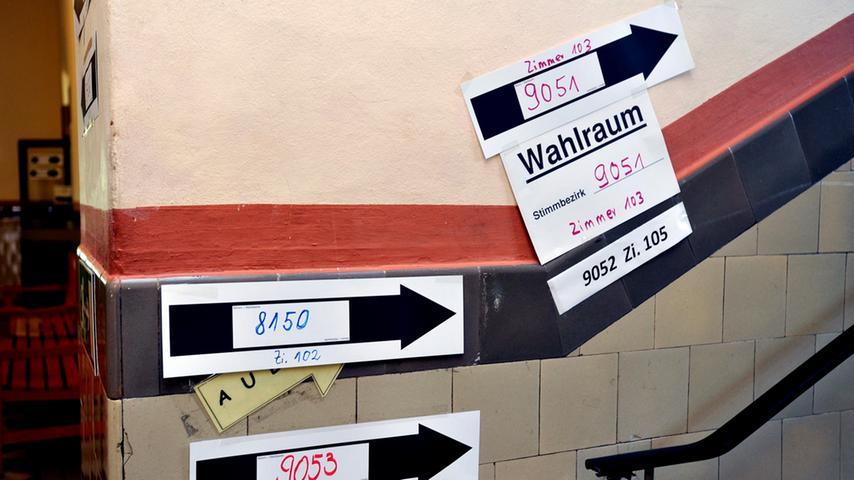 Normalerweise in Wahllokalen. Und zwar immer an einem Sonntag oder gesetzlichen Feiertag - das schreibt das Bundeswahlgesetz vor. Vier bis sechs Wochen vor dem Urnengang erhalten alle Wahlberechtigten eine Wahlbenachrichtigung. Auf dieser ist der Ort des Wahllokals vermerkt. Meist sind sie in Schulen oder Gemeinderäumen eingerichtet. Wichtiges Element ist die Wahlkabine, denn die Wahl muss geheim erfolgen können. In Deutschland ist die Wahlabgabe zwischen 8 Uhr und 18 Uhr möglich oder per Briefwahl. Letzteres wird immer beliebter: Bei der Bundestagswahl 2017 wählten 28,6 Prozent der Wähler per Briefwahl. Durch Corona dürfte dieser Anteil dieses Jahr deutlich höher sein.