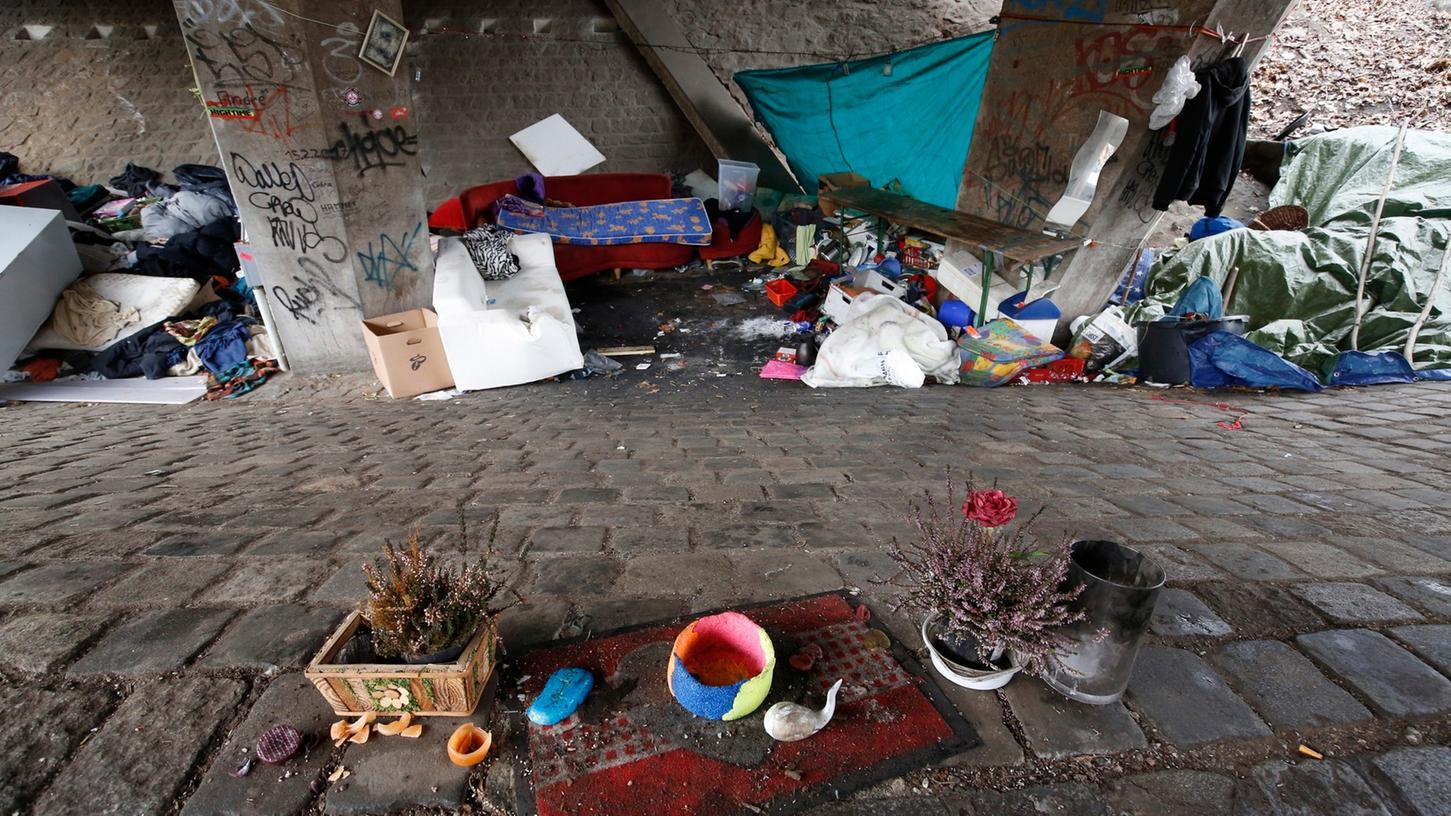 Das sehr wohnlich eingerichtete Obdachlosen-Lager unter der Franz-Josef-Brücke an der Wöhrder Wiese wurde verwüstet.