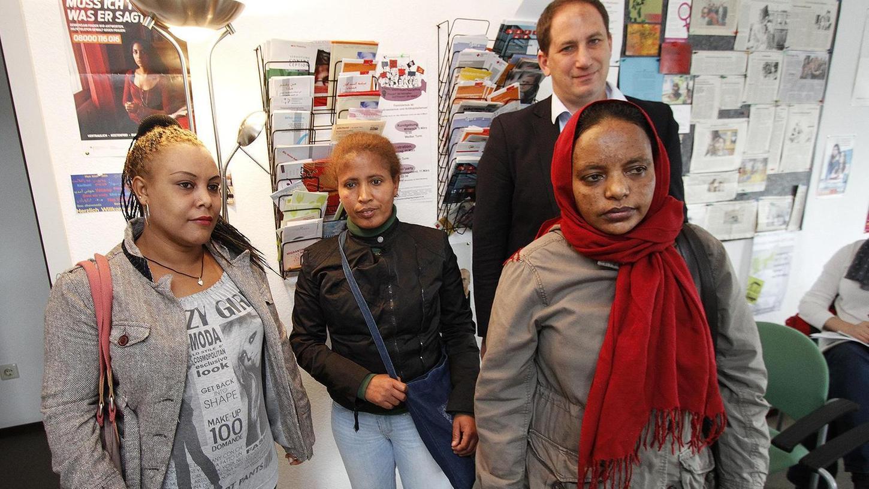 Hana Kessaya, Samrawit Asrat und Ayisha Dawod (von links) aus Äthiopien kamen über Italien nach Deutschland. Constantin Hruschka von der Schweizerischen Flüchtlingshilfe warnt vor ihrer Überstellung nach Italien.