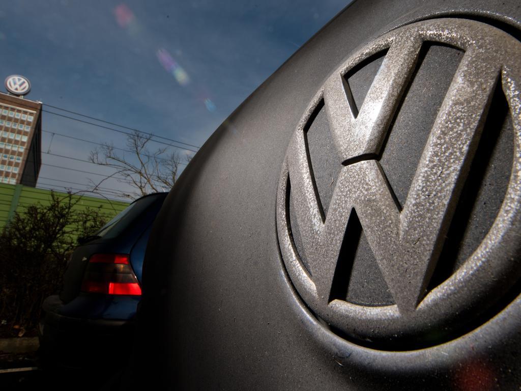 dpatopbilder - Ein Golf mit einem verdreckten Volkswagen-Logo steht am 16.02.2017 auf einem Mitarbeiterparkplatz am VW Werk in Wolfsburg (Niedersachsen). Durch die Abgas-Affäre steckt Volkswagen weiterhin in der größten Krise der Firmengeschichte. Foto: Julian Stratenschulte/dpa +++(c) dpa - Bildfunk+++