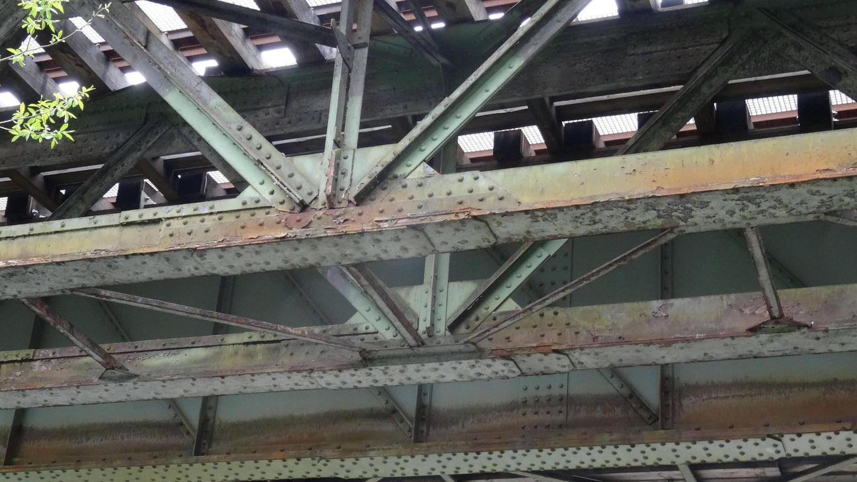 Bei der Brücke in Güntersthal (Bahnkilometer 46,665), zum Teil aus den Jahren 1950/52, haben sich bereits Verbindungen zu den Hauptträgern gelöst; durch Zurücksetzen eines Widerlagers wird die Sicht an der Einmündung der Straße nach Hartenstein in der Zukunft wesentlich verbessert.