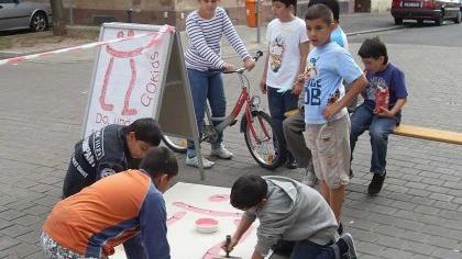 Workshop für ein geplantes Open-Air-Atelier in der Denisstraße (Gostenhof). Gostenhofer Künstler malen mit Kindern aus dem Stadtteil.