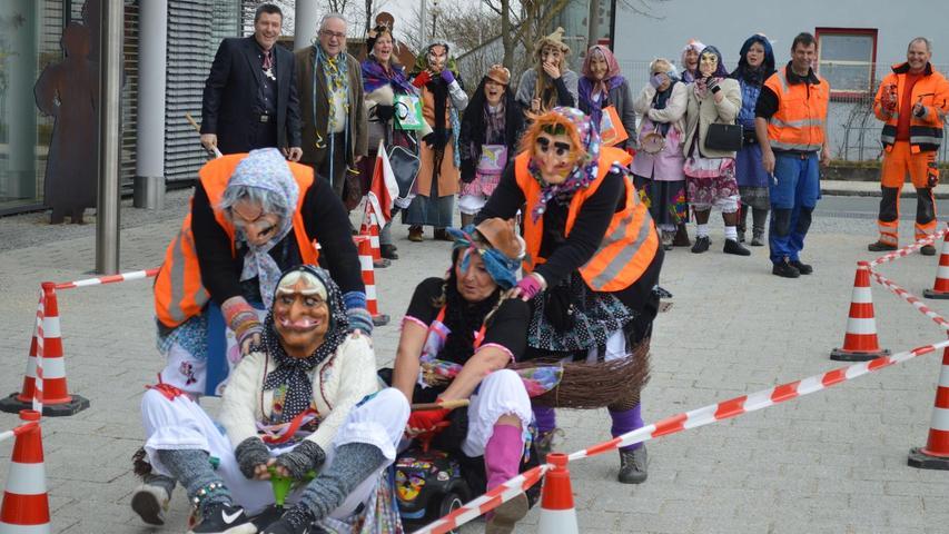 Ehe die Rednitzhembacher Hexen ins Rathaus vorgelassen wurden, mussten sie mit dem Bobbycar zunächst einen Hindernisparcours überwinden.