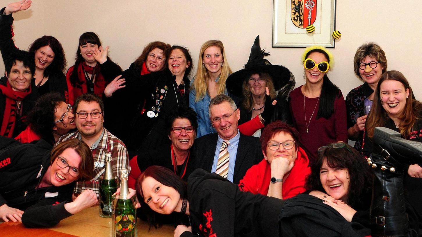 In Abenberg entmachteten die Abenberger Hexen vorübergehend Bürgermeister Werner Bäuerlein (mit Krawatte) und übernahmen auch die Herrschaftsgewalt über das Personal. Foto: Karlheinz Hiltl