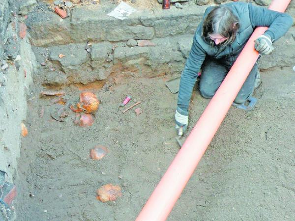 Die jetzt frei gelegten Schädelknochen werden nicht mehr ausgegraben, sondern zugeschüttet.
