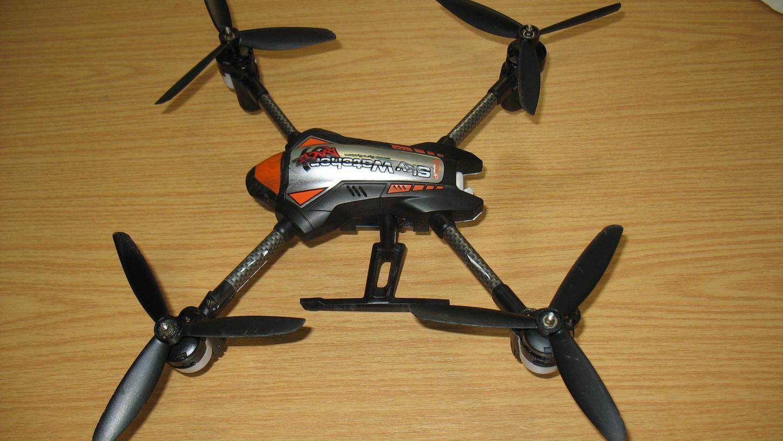 Die ferngesteuerte Drohne verfing sich am Sonntagabend in einer 15.000 Volt starken Oberleitung der S-Bahn.