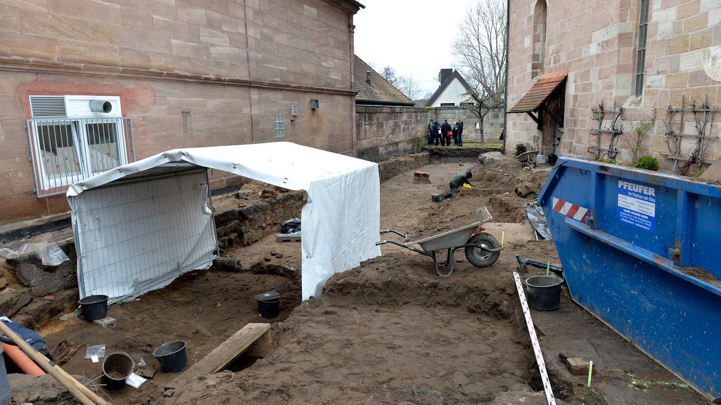 Immer neue Knochen in immer neuen Grabungsschichten finden sich auf dem Friedhof neben der Kirche.
