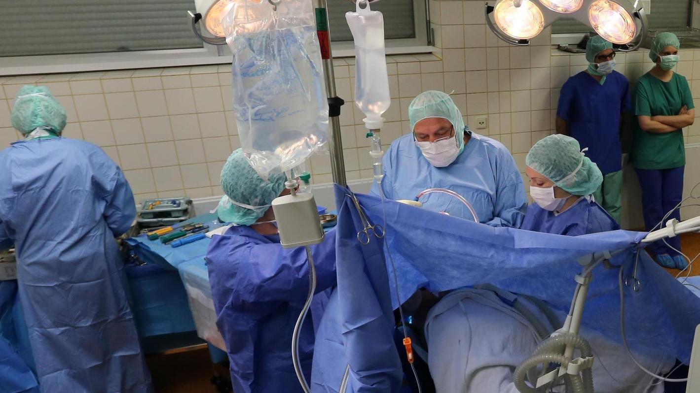 Aktiv in der Ausbildung: Studenten beobachten eine Operation in einer Klinik der Sana-Gruppe.