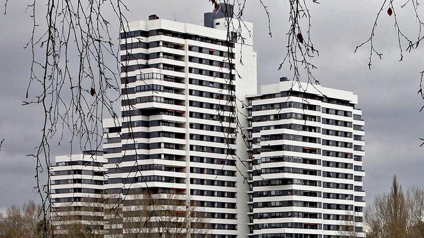 Auf dem dritten Platz landet mit dem großen Turm an der Norikerstraße 19 eines der meistfotografierten Gebäude der Stadt. Der Hüne am Wöhrder Seeufer, der 1971 nach Plänen von Harald Loebermann erbaut wurde, bietet derzeit 414 Menschen Obdach und ist mit 80 Metern auch das zweithöchste Gebäude der Stadt nach dem Business-Tower (125 Meter).