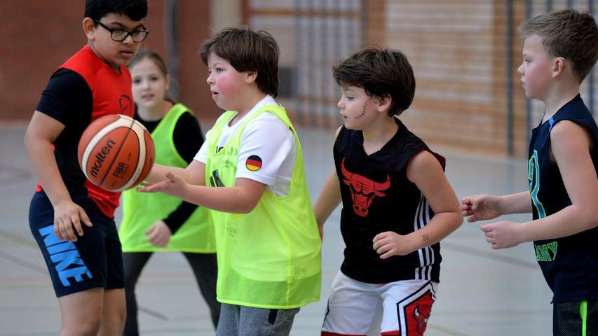 DATUM: 25.02.2017..RESSORT: Lokales ..FOTO: Horst Linke ..MOTIV: Turnier des CVJM Erlangen Basketball mit Kindern..Spiel um Platz 3, Poeschke - Pestalozzi (gelb)..