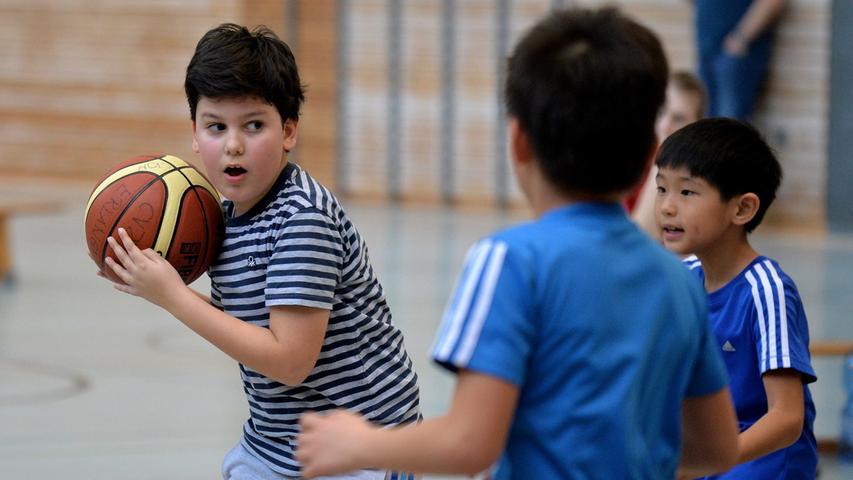 DATUM: 25.02.2017..RESSORT: Lokales ..FOTO: Horst Linke ..MOTIV: Turnier des CVJM Erlangen Basketball mit Kindern..Stifter - Pestalozzi (gelb)..