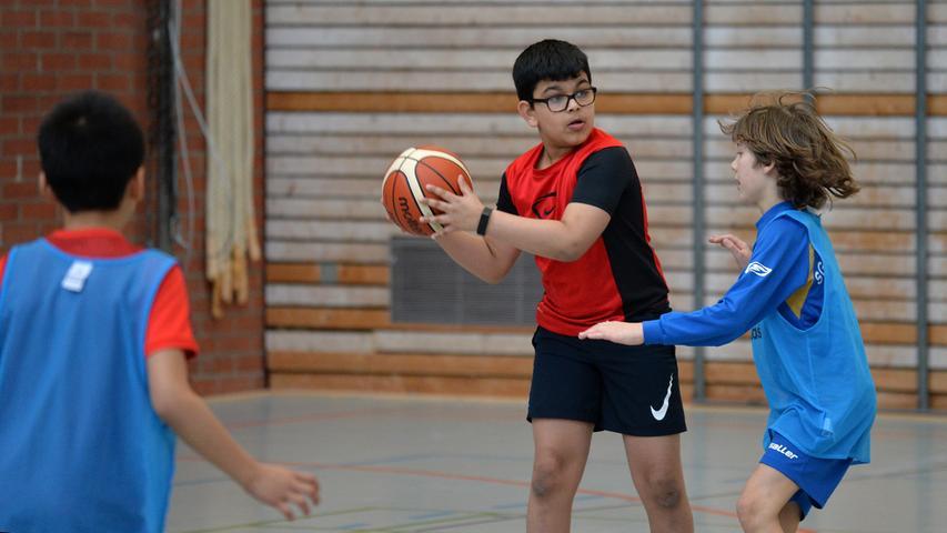 DATUM: 25.02.2017..RESSORT: Lokales ..FOTO: Horst Linke ..MOTIV: Turnier des CVJM Erlangen Basketball mit Kindern..Poeschke - Rückert (blau)