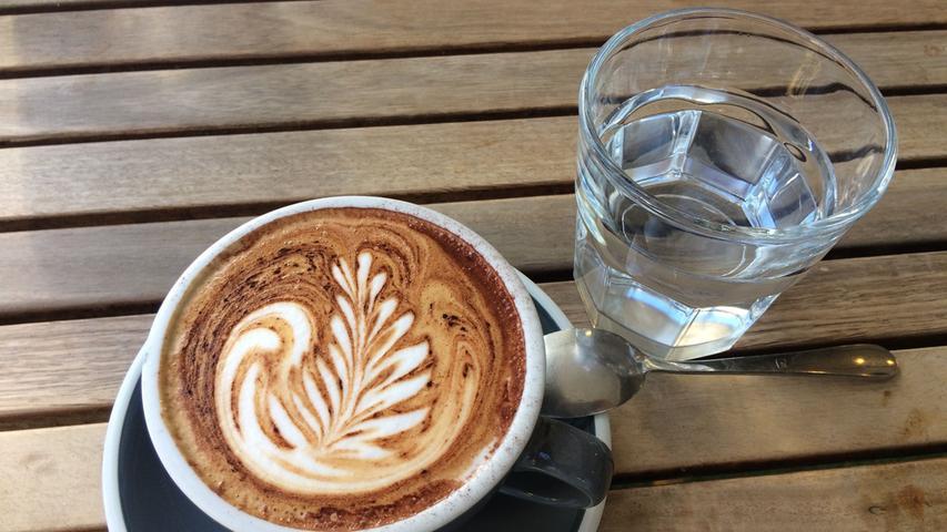 In der Stadt stehen zahlreiche Säulen mit kostenlosem Trinkwasser. Und auch zum Kaffee wird immer ein Glas Leistungswasser dazu gereicht.