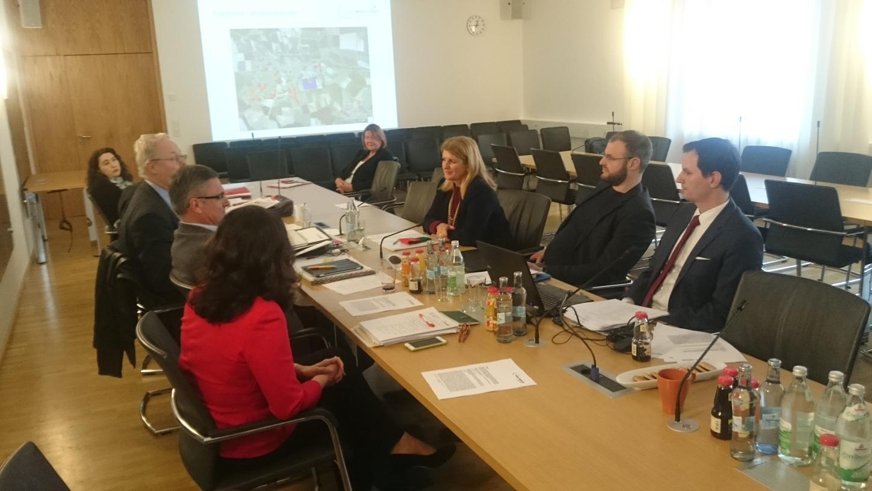 Markt Erlbachs Bürgermeisterin Dr. Birgit Kreß (2. Reihe 2. v. l.) machte Landtagsabgeordnete der Freien Wähler auf die Brisanz brachliegenden Baugrundes für viele Gemeinden aufmerksam.